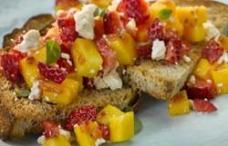 Bruscheta de Mango, fresa y feta