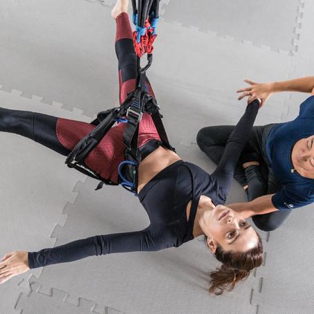 ACIMA DO SOLO-A atriz Lisandra Cortez experimenta o bungee pilates