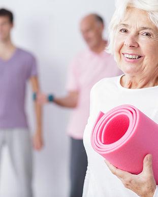 Äldre kvinna på gym