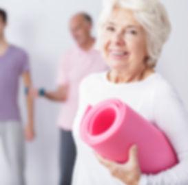 Mujer mayor en la gimnasia