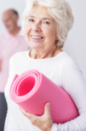 Une femme âgée au gymnase