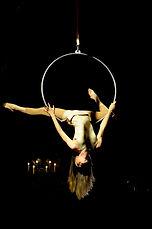 Performance et numéro cerceau aérien, aerial hoop, aerial act, Tatiana Thomas, artiste de cirque et acrobate aérienne