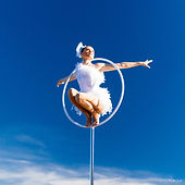 free standing hoop, aerial act, accueil aérien, Tatiana Thomas, artiste de cirque et acrobate aérienne, lollipop