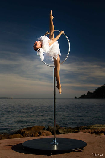 freestanding aerial hoop, Tatiana Thomas, artiste de cirque, acrobate aérienne