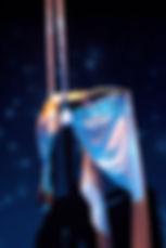 Numéro tissu aérien drapés aériens aerial silk aerial act Tatiana Thomas artiste de cirque et acrobate aérienne