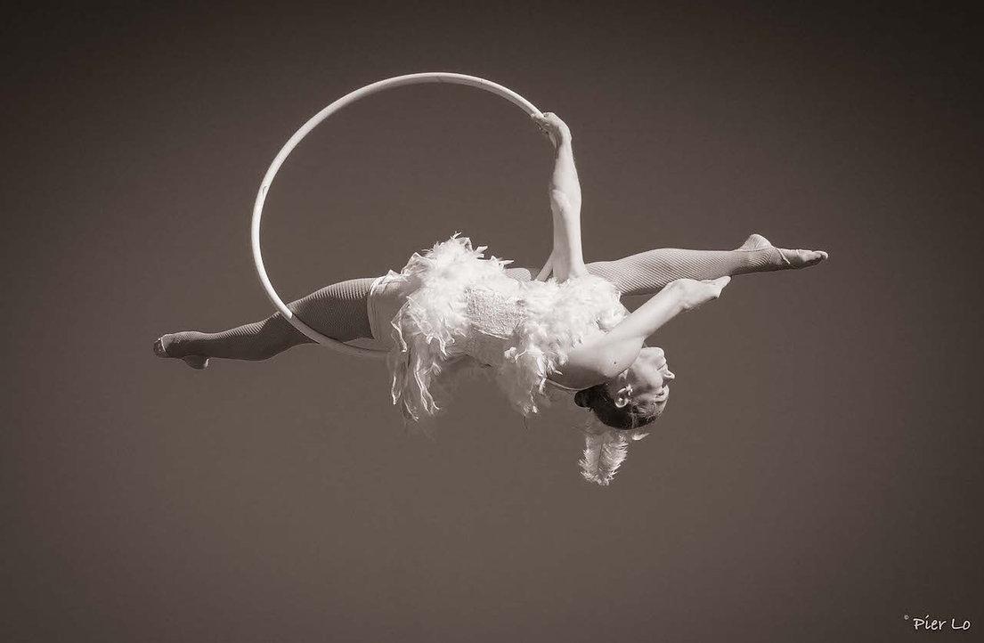 Tissu aérien cerceau drapés aériens acrobate performance