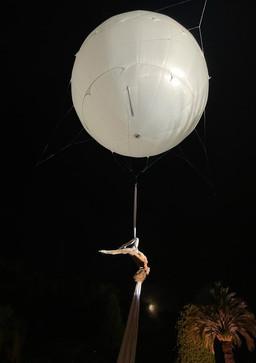 Show aérien sous ballon hélium