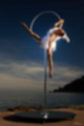 Accueil Oiseau, freestanding aerial hoop, Tatiana Thomas, Artiste de cirque et acrobate aérien