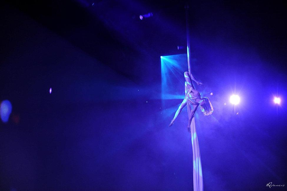 Drapés et Tissu aérien, Tatiana Thomas, Artiste de cirque et acrobate aérienne