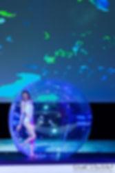 Danse, bulle de déambulation, Tatiana Thomas, artiste de cirque et acrobate aérienne