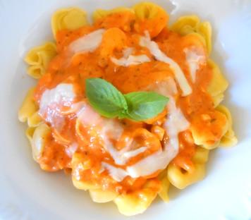 Capeletti com molho de tomate  e cream cheese