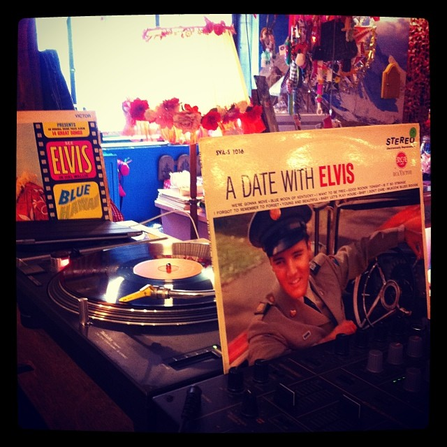 Alleen maar Elvis draaien...
