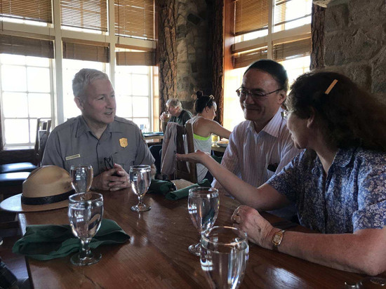 Consul General Wang Donghua visit Crater Lake Superintendent Craig Ackerman