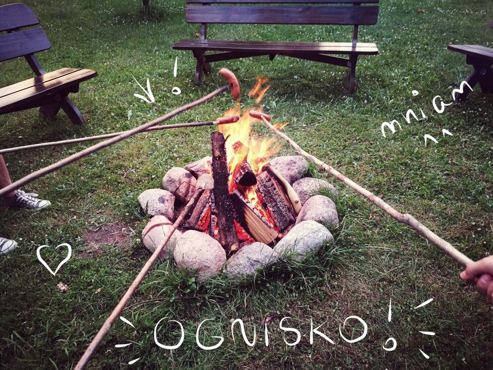 ognisko z kiełbasą