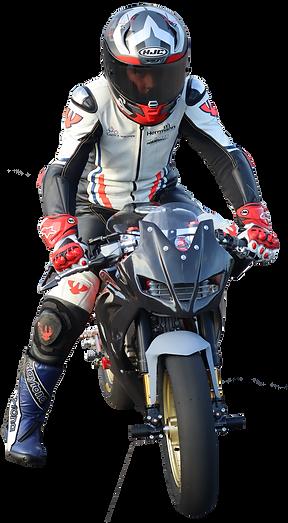 Valentino Herrlich sitzt bekleidet mit Kombi, Helm, Handschuhen und Lederstiefel von Daytona auf seinem Minibike.