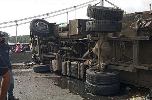 Accidente de carro recolector de basuras bloqueo la vía a Palmira