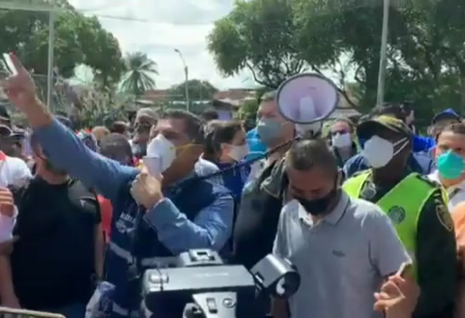 ¡Con la gente tosiendole encima, Ospina presidió manifestación en Santa Elena!