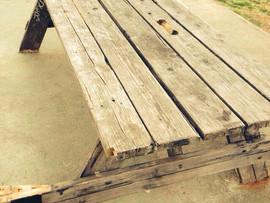 ¿Los bancos y mesas del parque están estropeados?