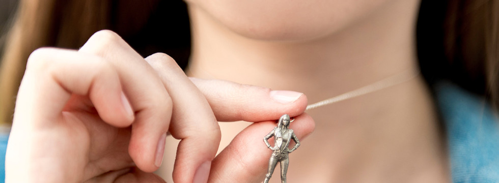 19_stainless_figurine_necklace_02.jpg