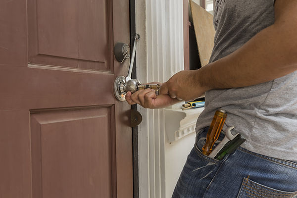locksmith try to open the wood door by m