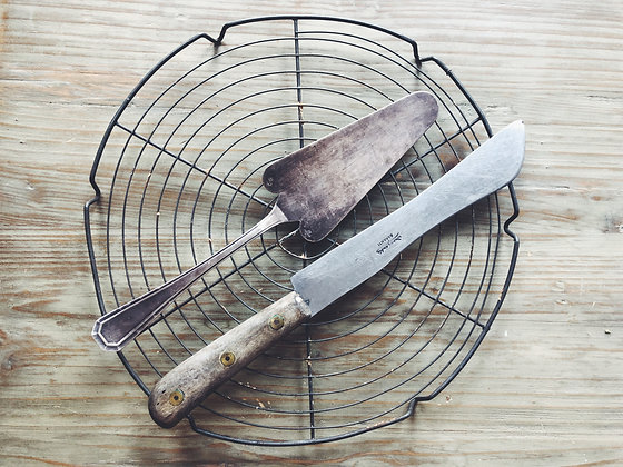 Vintage cake knife and slice