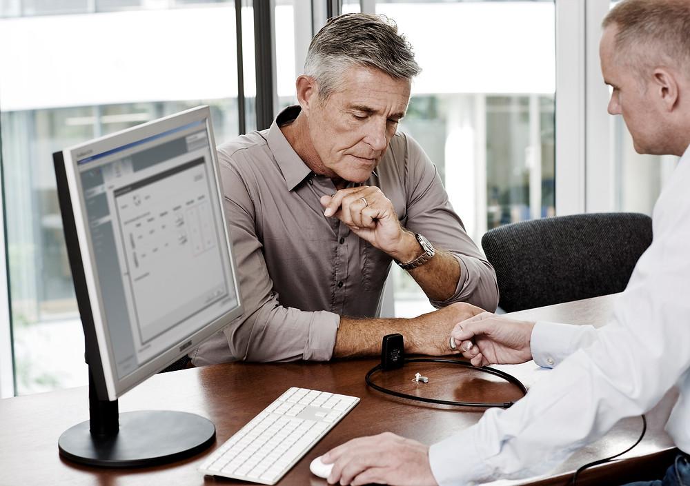 teste e avaliação auditiva completa para homens de meia idade
