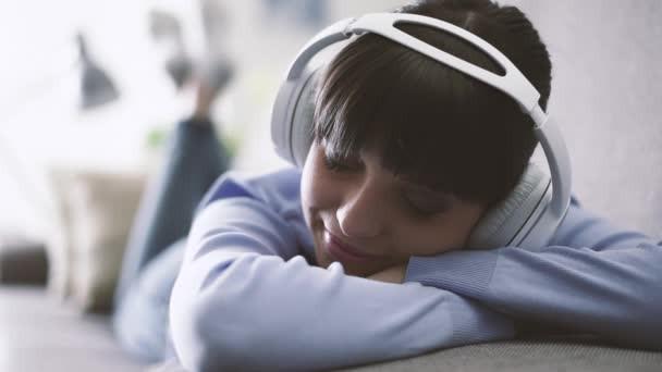 É hora de parar de tocar música nos seus fones de ouvido. Sim, até aquela música que te deixa totalm