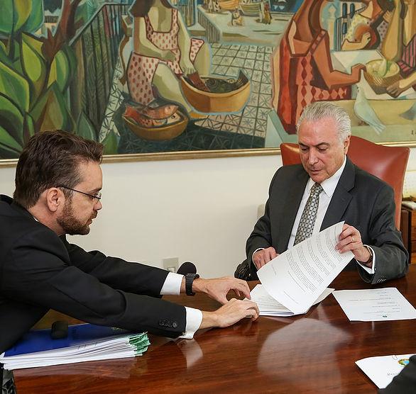 Temer assina decreto que permite uso do FGTS para compra de órteses e próteses.