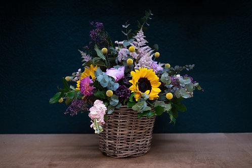 Centro de flores campestrescon cesta