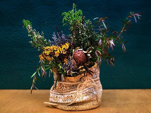 Cesto con ramo de flor seca