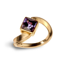 18ct Gold and Colour Change Sapphire