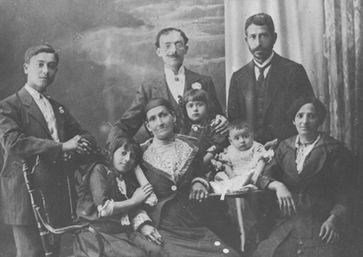 Blokkades en beperkingen in jouw leven zijn te herleiden tot trauma's bij je voorouders. Een familieopstelling doorbreekt dit patroon, zodat jij vrijer en gelukkiger, succesvoller het leven kan leiden dat jij wilt. Joriska Vanhaelewyn geeft familieopstellingen in Gent.