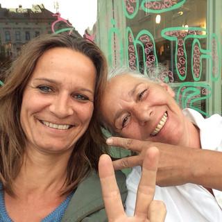 Hanna und Didi vergnüglich im Weingarten