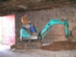 Travaux de terrassement en intérieur à la mini-pelle
