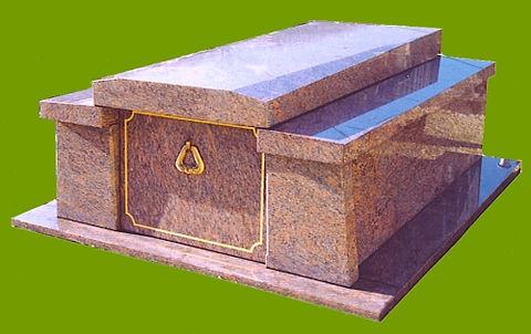 ModèleR3AQB  Granit Rose Dalva  Hauteur 55 cm  Tombale queue de billard  Pas de stèle  Porte avec filet doré  Semelles 230 x 270