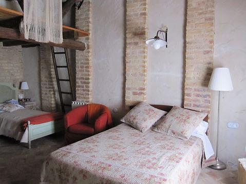 El canto es una de las habitaciones decoradas con el máximo gusto para deleitar sus sentidos. El Festí dels sentits es un hotel rural exquisito