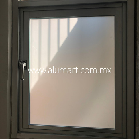 Ventana de proyeccion en aluminio negro con cristal claro en 6mm esmerilado