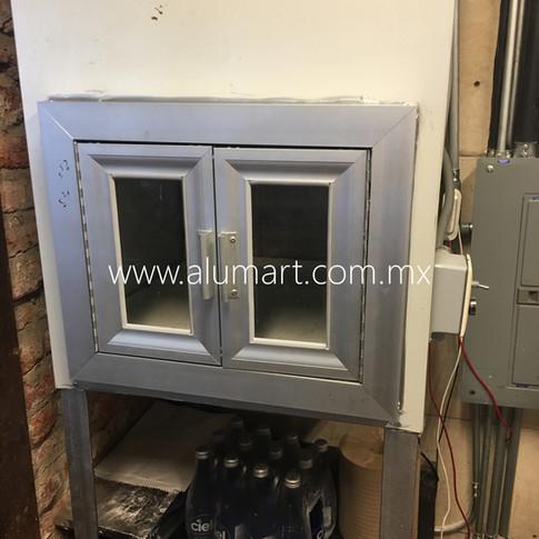 Puerta en aluminio natural para elevador de restaurant