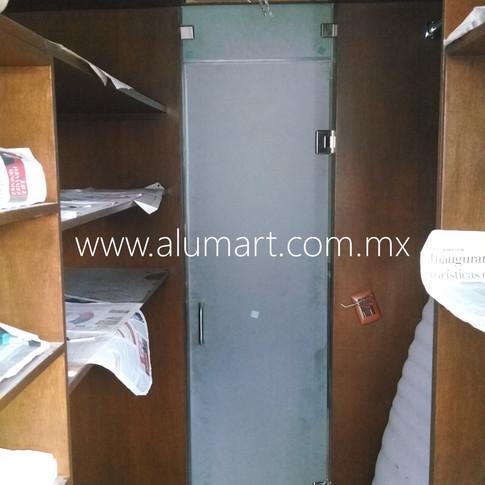 Puerta abatible en 10mm esmerilado templado con fijo superior con herrajes en acero inoxidable