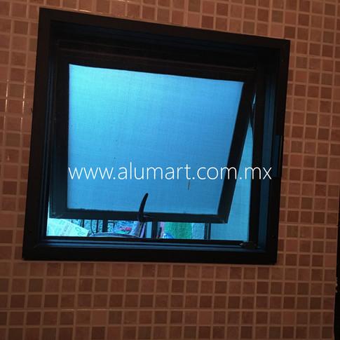 Mosquitero para ventana de proyeccion en aluminio negro