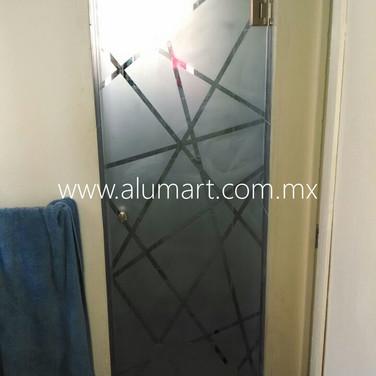 Puerta abatible con grabado en cristal templado en 10mm claro