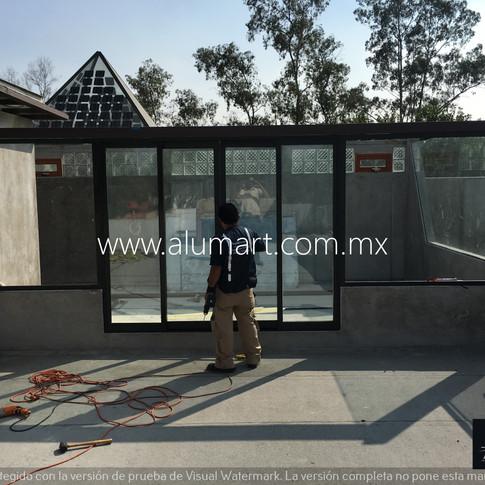 Ventana en aluminio negro eurovent con fijos laterales con cristal claro en 6mm