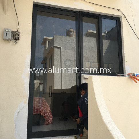 ventana con puerta en aluminio negro con cristal claro 6mm