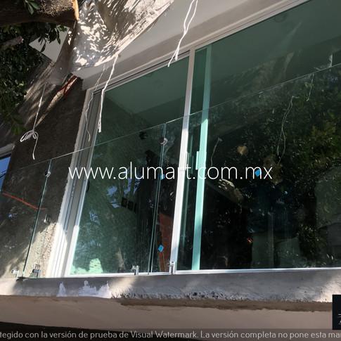 Barandal en cristal templado de 10mm sujetado con pipetas en acero inoxidable