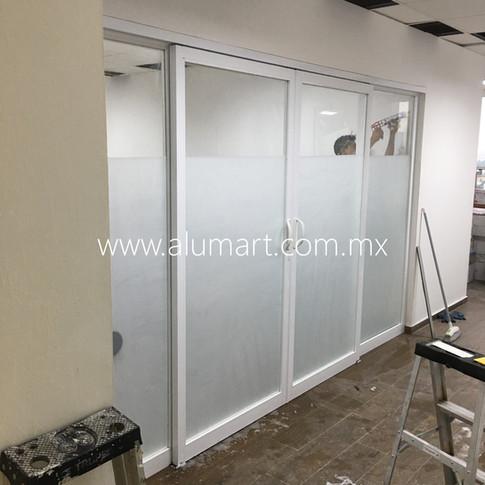 Ventanal corredizo al centro en aluminio blanco con cristal claro en 6mm y pelicula decrativa esmerilada