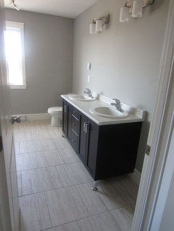 256797_93ladyruss_upperlevel_bathroom1.jpg