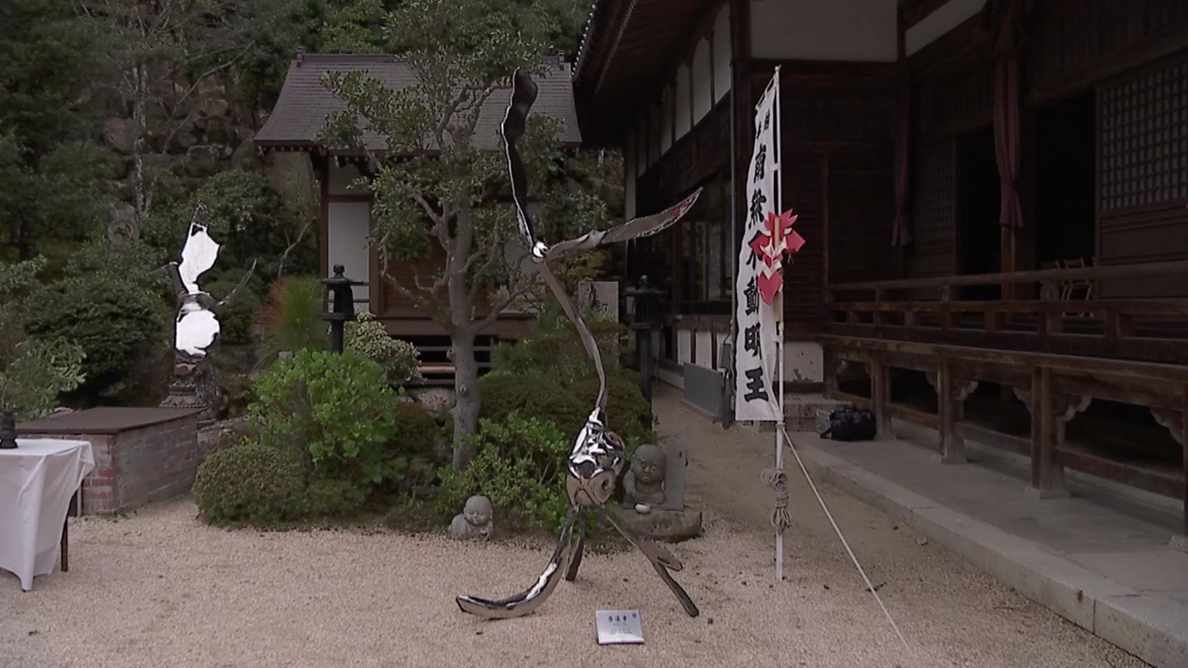 折り鶴の碑と夢蓮華