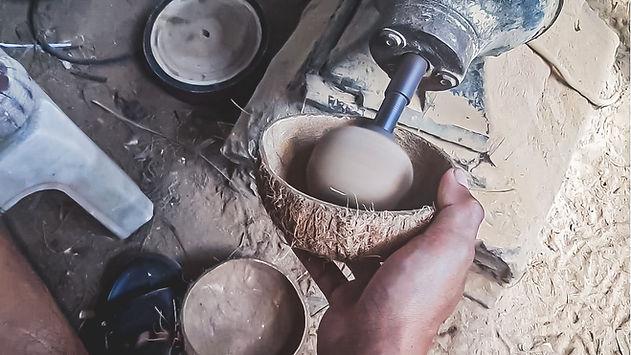 Poncage de la noix de coco avec boule abrasive