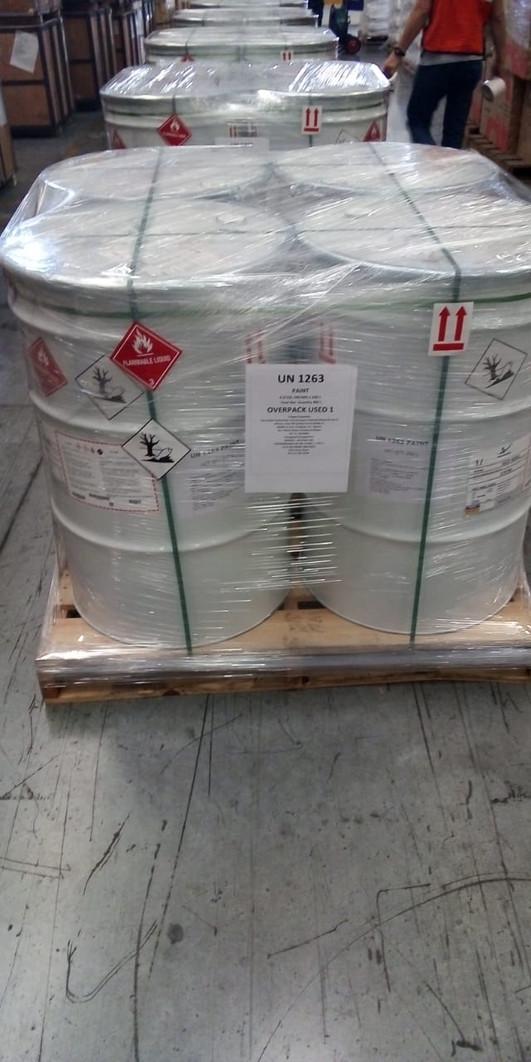 ¿Cómo transportar material peligroso de forma segura en paquetes?