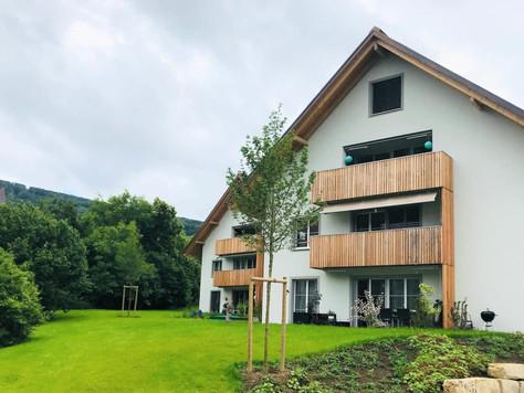 Grosszügige 2.5-Zimmerwohnung im Wehntal mit Solarstrom und Ladestation-Parkplatz